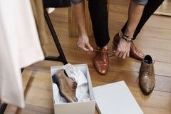 Homme essayant sur de nouvelles chaussures photos stock