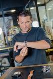 Homme essayant sur la montre sur des bijoutiers photos stock