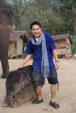 Homme et éléphant Photo stock