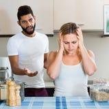 Homme et épouse ayant le mauvais argument photo stock