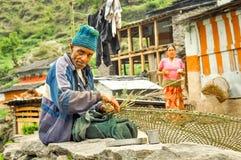 Homme et épouse de tissage au Népal Photos stock