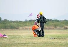 Homme et associés de parachutisme et d'amant de femme parlant après succès Images stock