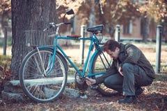 Homme et bicyclette Photographie stock libre de droits