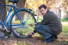 Homme et bicyclette Images libres de droits