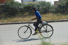 Homme et bicyclette sur l'Inde d'autoroute Photos stock