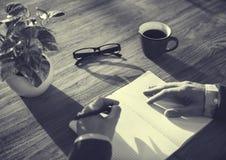 Homme et carnet avec le concept de l'espace de copie Photographie stock libre de droits