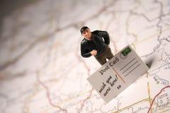 Homme et carte postale - souhait vous étiez ici Photo libre de droits