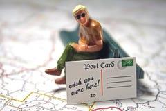 Homme et carte postale - souhait vous étiez ici Photographie stock