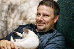 Homme et chaton Image libre de droits