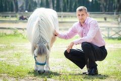 Homme et cheval beaux Photographie stock libre de droits
