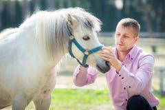 Homme et cheval beaux Photo libre de droits