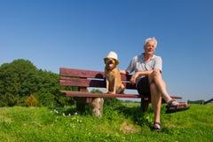 Homme et chien avec le chapeau Image stock