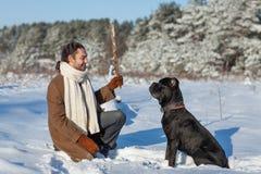 Homme et chien en parc Images stock