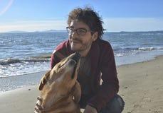 Homme et chien sur la plage Photo stock