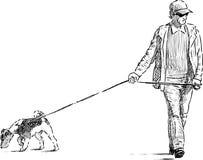 Homme et chien sur une promenade Photographie stock