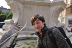 Homme et colombes Photos libres de droits