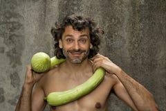 Homme et courgette de sourire Photographie stock
