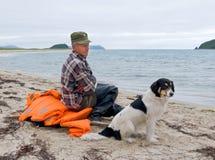 Homme et crabot à la plage 3 Images libres de droits