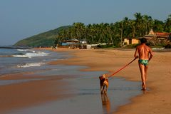 Homme et crabot dans le soleil tropical Photographie stock