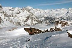 Homme et crabot fonctionnant en montagne de devero Image libre de droits
