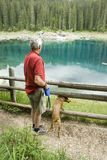Homme et crabot par le lac bleu Image libre de droits