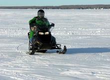 Homme et crabot sur le Snowmobile Photographie stock libre de droits