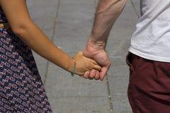 Homme et dame tenant des mains Photo libre de droits