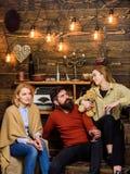 Homme et dames sur les visages heureux discutant et buvant du vin chaud Concept de Soulmates Les amis ont l'amusement, parlant et Photographie stock