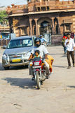 Homme et enfant sur une motocyclette à Photos libres de droits