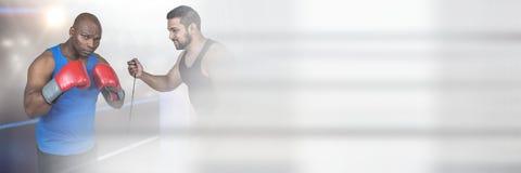 Homme et entraîneur de combattant de boxeur avec la transition photographie stock libre de droits