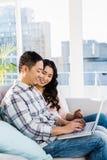 Homme et femme à l'aide de l'ordinateur portable Image libre de droits