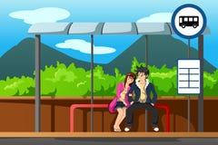 Homme et femme à l'arrêt d'autobus Photo stock