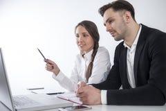 Homme et femme à l'ordinateur portable photo libre de droits