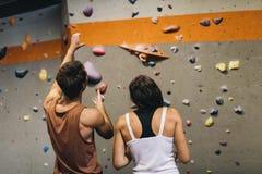 Homme et femme à un gymnase d'intérieur d'escalade Photo libre de droits