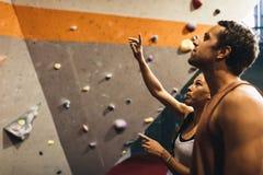 Homme et femme à un gymnase d'intérieur d'escalade Photo stock