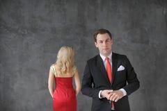 Homme et femme élégants d'affaires dans la robe rouge dans le studio Images libres de droits
