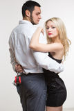 Homme et femme élégants dans des menottes Couples dans l'amour Photographie stock libre de droits