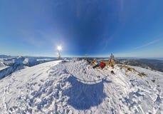 Homme et femme aériens de couples de fisheye de photo dans les montagnes neigeuses Image libre de droits