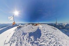 Homme et femme aériens de couples de fisheye de photo dans les montagnes neigeuses Photos stock
