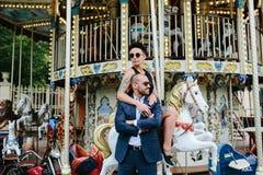 Homme et femme adultes sur un carrousel Photo stock