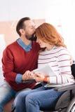 Homme et femme affectueux dans le fauteuil roulant Photographie stock