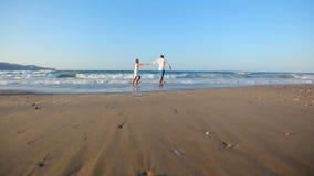 Homme et femme affectueux heureux sur le bord de la mer banque de vidéos