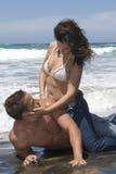 Homme et femme aimant dans le bord de la mer Photographie stock