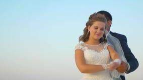 Homme et femme aimants dansant en vol et souriant à l'un l'autre Type romantique et fille de couples étreignant ensemble contre clips vidéos
