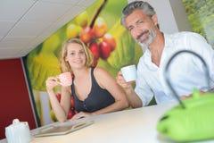 Homme et femme appréciant la boisson chaude Photo libre de droits