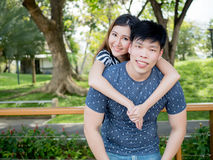 Homme et femme asiatiques de sourire de jeunes dans les relations dans le pair extérieur Photographie stock