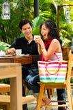 Homme et femme asiatiques en restaurant ou café Photos libres de droits