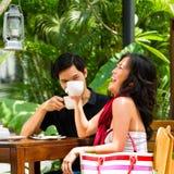 Homme et femme asiatiques en restaurant ou café Photographie stock