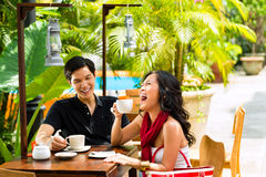 Homme et femme asiatiques en restaurant ou café Photos stock