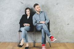 Homme et femme attirants avec des dispositifs Image libre de droits